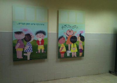תמונות מודפסות מותקנות על קיר